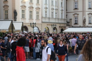Gente in piazza della Città Vecchia.