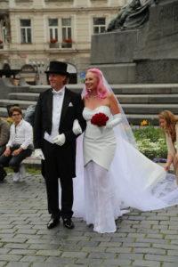Una sposa dai capelli rosa.