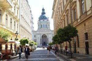 Zrínyi utca, sullo sfondo la Basilica di Santo Stefano.