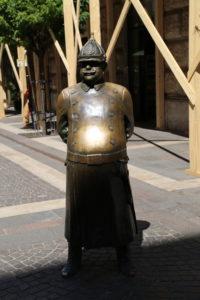 La statua del poliziotto grasso.