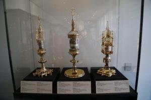 Visita al tesoro, il reliquiario a sinistra contiene la cintura della Vergine Maria, quello al centro la cintura di Gesu e quello a destra una corda della flagellazione di Cristo.
