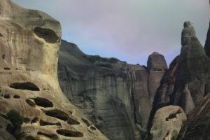 Paesaggio delle Meteore, si possono scorgere la vavità nella roccia.