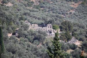 La Marmarià, complesso formato dal Tempio nuovo di Atena Pronaia, Tholos, Tesoro Ionico, Tesoro Dorico e Tempio vecchio di Atena.