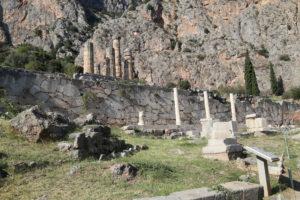 Il Muro Meridionale, Tesoro di Corinto e colonne del tempio di Apollo.
