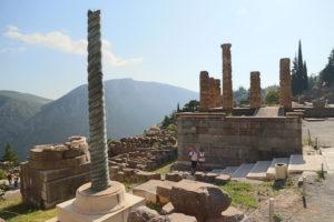 Colonna serpentina e Tempio di Apollo.