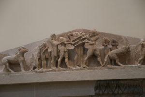 Frontone della facciata posteriore del Tesoro dei Sifni.