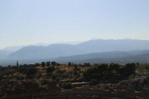 Micene, Panorama dall'Acropoli. Con un pò di fantasisa nello skyline delle montagne si può vedere la sagoma di un guerriero in posizione supina.
