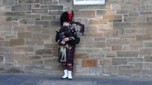 Suonatore di cornamusa con il tipico costume.