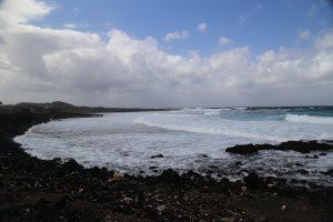 La costa in una giornata ventosa.