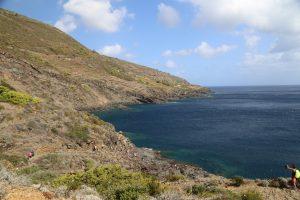 Costa dietro l'isola nei pressi del Faro di Punta Limarsi